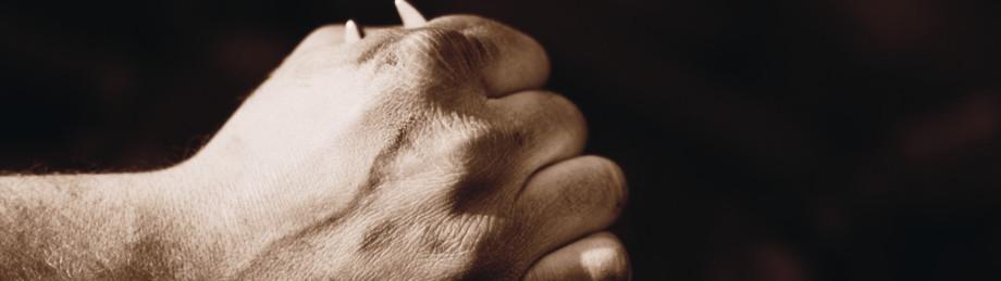 Hand mit Schraubenschlüssel